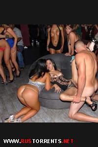 Постер:Пять пьяных девочек сосут у одного парня в клубе