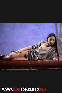 Постер:Бугай трахает хрупкую красотулю на барной стойке