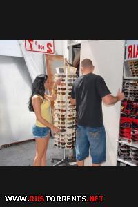 Постер:Горячая продавщица дает в магазине за наличные