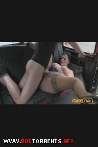 Роскошную бабу ипут в жопу в такси!!! | [FakeTaxi.com] Devon (E120)