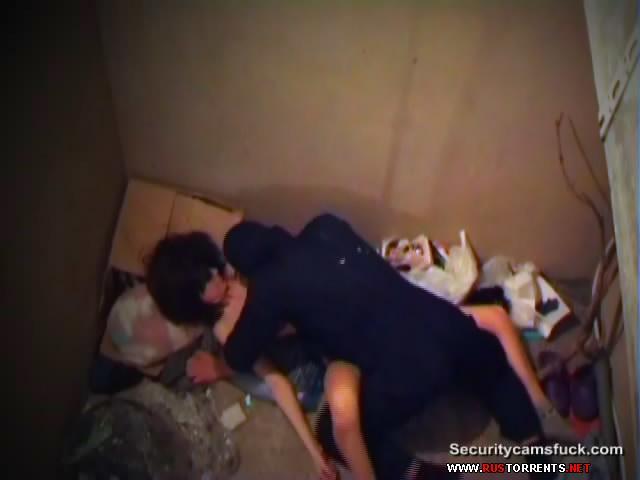 Скриншот 2:Бомж трахает пьяную молодую девушку