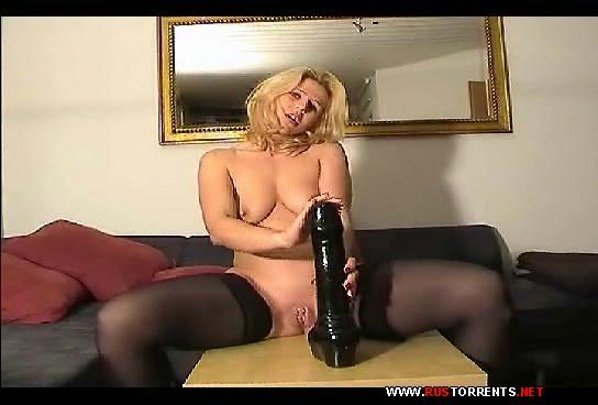 Скриншот 1:Блондинка с черным дилдо, в рваных джинсах и рукой меж ног